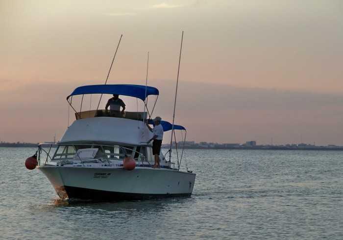 Bertram 38 Fishing or snorkeling boat for rent